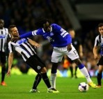 LIVERPOOL, ENGLAND - SEPTEMBER 30:  Romelu Lukaku of Everton holds off Yohan Cabaye of Newcastle during the Barclays Premier League match between Everton and Newcastle United at Goodison Park on September 30, 2013 in Liverpool, England.  (Photo by Julian Finney/Getty Images)