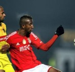 epa04587194 Pacos de Ferreira's Ricardo (L) and Anderson Talisca of Benfica (R) vie for the ball during the Portuguese First League soccer match at Mata Real stadium in Paços de Ferreira, Portugal, 26 January 2016.  EPA/ESTELA SILVA