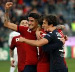 Foto LaPresse - Enrico Locci 27 12 2015  Cagliari - Italia Sport Calcio Cagliari - Pro Vercelli Campionato di Calcio Serie B 2015/2016 ConTe.it - Stadio Sant'Elia Nella foto:  esultanza di  Marco Fossati    del cagliari  Photo LaPresse - Enrico  Locci 27 12 2015 Cagliari - Italy Sport Soccer Cagliari - Pro Vercelli Italian Football Championship League B 2015/2016 ConTe.it -  Sant'Elia Stadium In the pic: Marco Fossati   of cagliari celebrated the goal